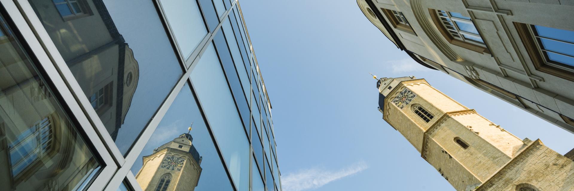 Himmelsblick auf Jenaer Gebäude und dem Turm der Stadtkirche St. Michael