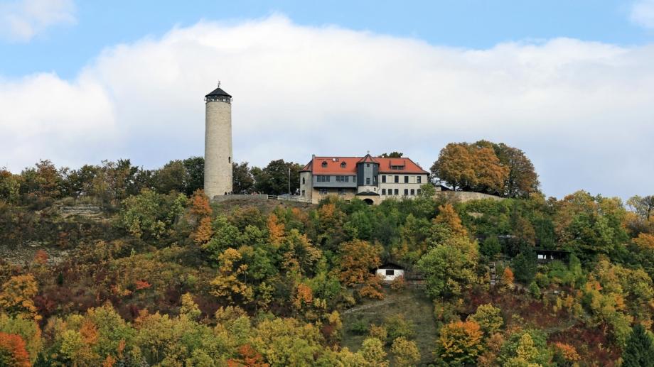 Blick auf Berg mit Fuchsturm und Gaststätte