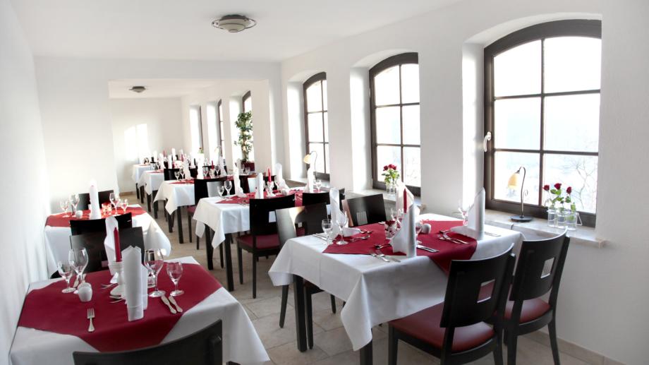 Großer Saal mit Tischgruppen in der Gaststätte Fuchsturm