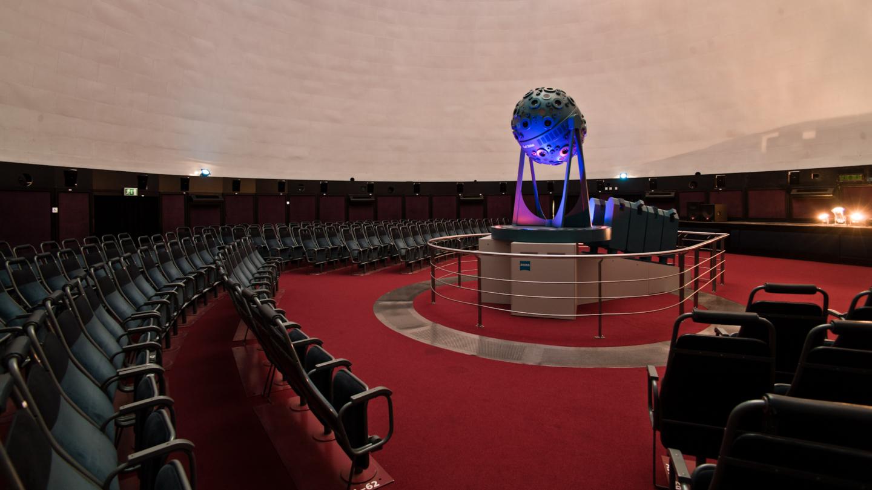 Carl Zeiss Projektor im leeren Zeiss-Planetarium mit Sitzreihen
