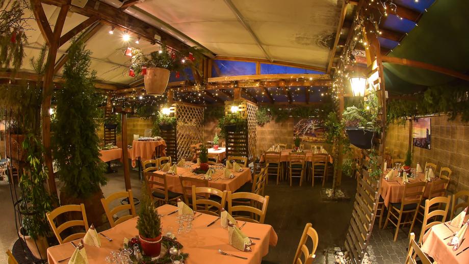 weihnachtlich geschmückter Wintergarten mit Bankettbestuhlung