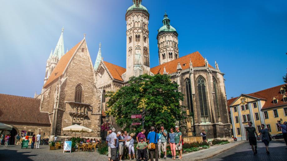 Reisegruppe vor dem Naumburger Dom