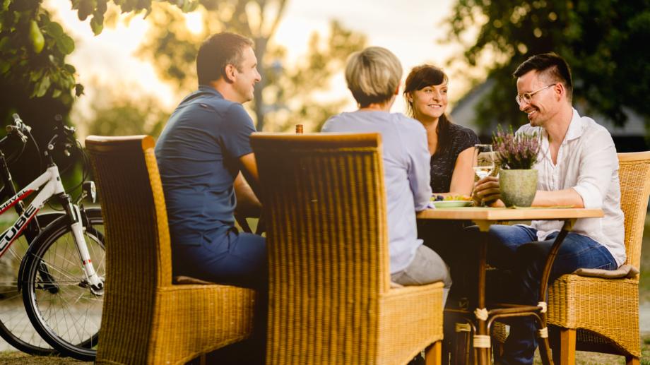 Wein trinkende Gruppe während der Pause ihrer Radtour