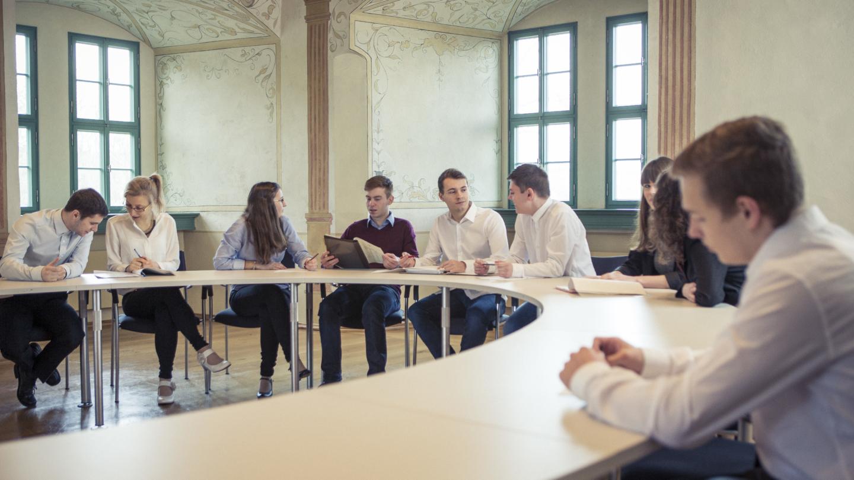 Tagende Menschen in großem Konferenzraum an rundem Konferenztisch © Altes Schloss Dornburg, Foto: Guido Werner