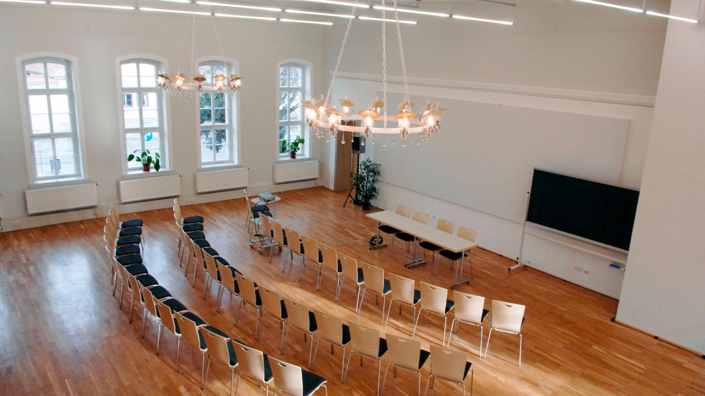 Blick von der Galerie auf die Podiumseinrichtung im Rosensaal der Jenaer Universität © Friedrich-Schiller-Universität, Foto: Peter Scheere