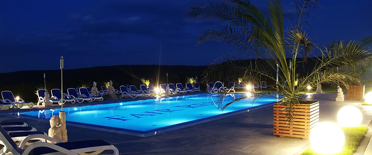 Außenterasse mit Pool bei Nacht © Fair Resort, Foto: Ebenbild
