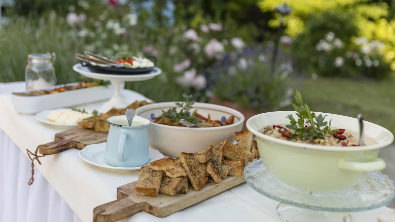 Stilvolles ländliches Buffet mit geröstetem Brot und verschiedenen Salaten © Landgrafen Restaurant, Foto: Jan Birkenbeil