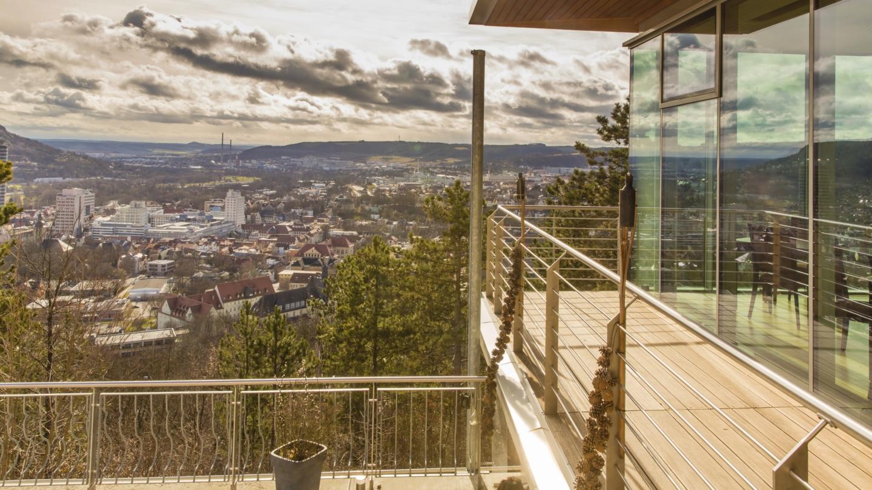 Balkon am Restaurant mit Blick auf Jena im Tal © Landgrafen Restaurant, Foto: Jan Birkenbeil