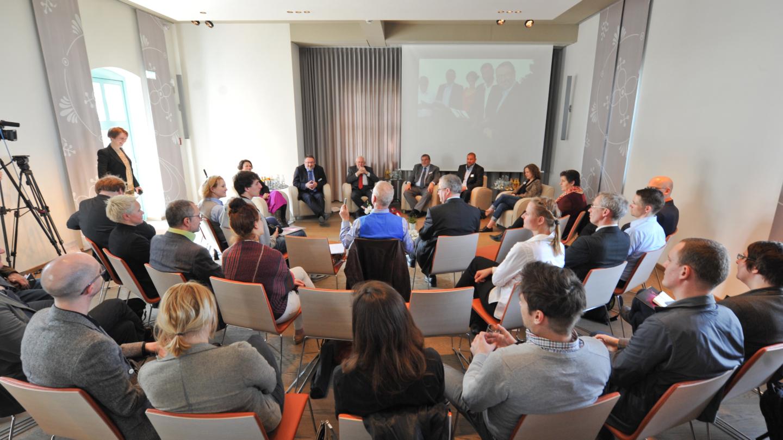 Tagung mit Podium aus sechs Personen in den Räumlichkeiten der Leuchtenburg