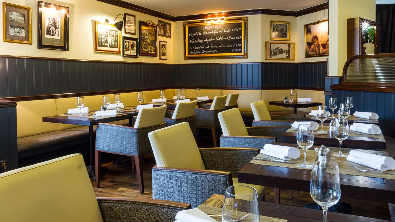 Restaurant Brooklyns mit Sitzecken, kleinen Tischgruppen und Bildern an den Wänden © Maxx Hotel, Foto: Markus Neubauer