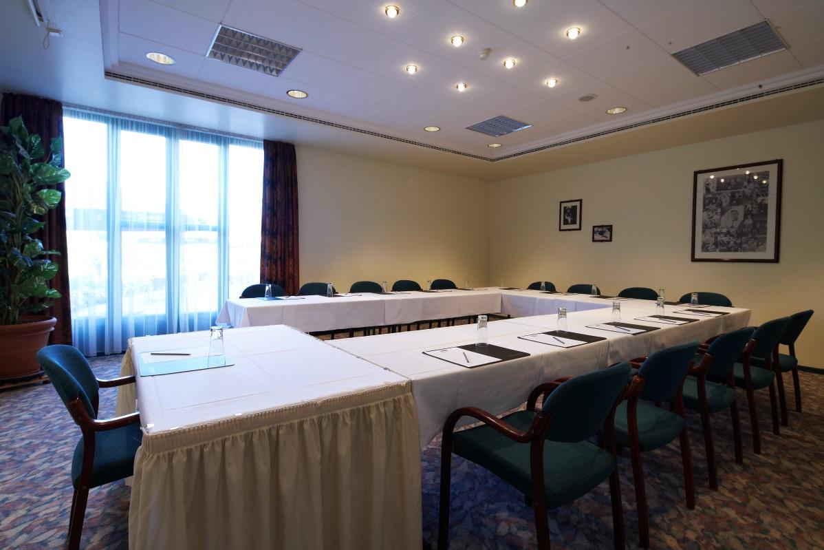 Raum Maxx 4 mit Einrichtung in U-Form, ausgestattet mit Schreibutensilien © Maxx Hotel, Foto: Markus Neubauer