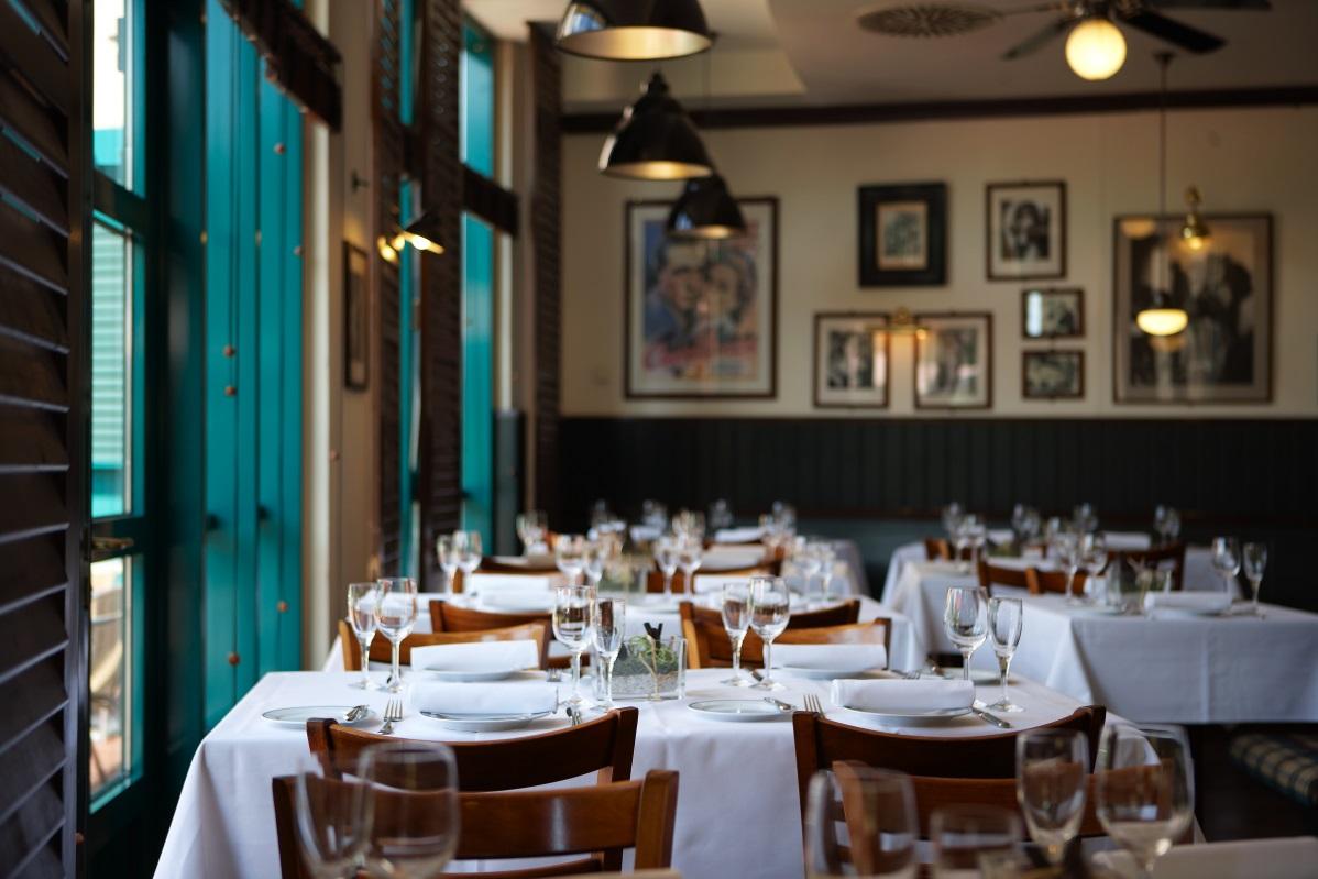 Restaurant Cassablanca mit eingedeckten Tischgruppen, Filmpostern und Vintage Deckenlampen im Maxx Hotel Jena © Maxx Hotel, Foto: Markus Neubauer