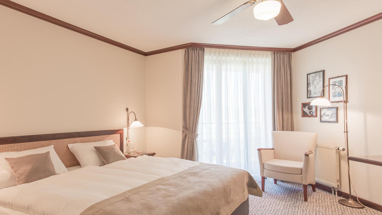 Doppelzimmer mit Sessel und Deckenventilator im Maxx Hotel Jena © Maxx Hotel, Foto: Markus Neubauer