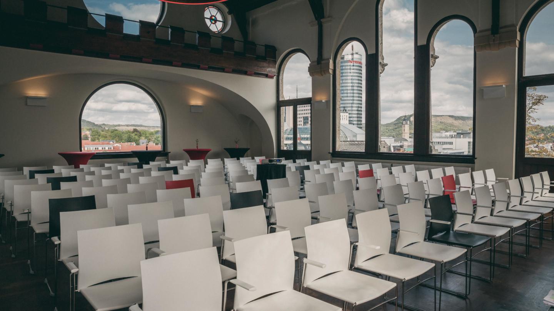 Im Normannenhaus Jena: Vortragsbestuhlung im Festsaal mit Blick durchs Fenster auf den JenTower © Normannenhaus, Foto: Marco Baum