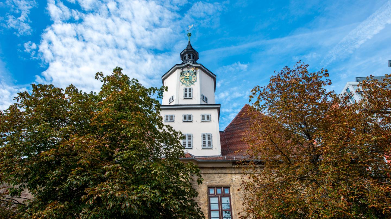 Turm des Rathauses von außen mit schmuckvoller Kunstuhr