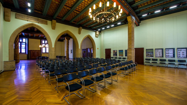 Die Rathausdiele in Reihenbestuhlung mit Arbeitsgruppen Tischen im Hintergrund