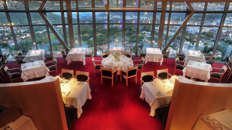 eingedeckte Tische im Scala Reataurant mit Panoramablick auf Jena