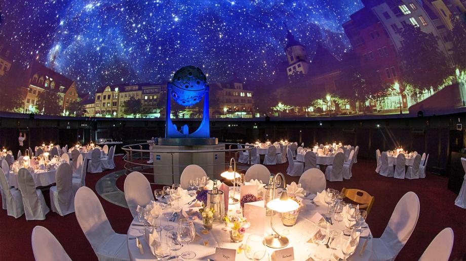 runde Bankettbestuhlung unter dem Sternenhimmel des Carl Zeiss Projektors