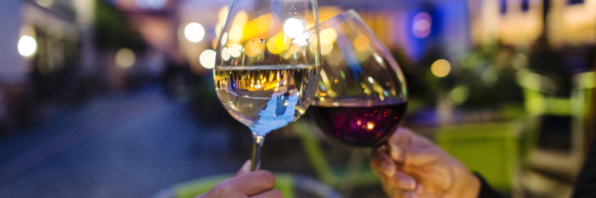 Zwei Weingläser mit Wagnergasse im Hintergrund
