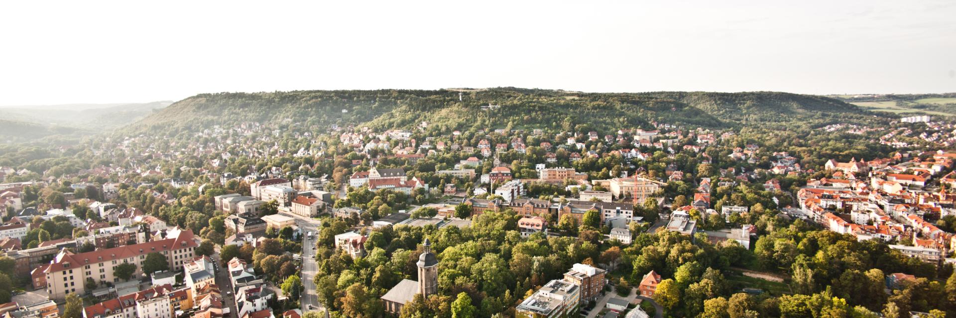 Sonniger Blick auf die Tagungsstadt Jena