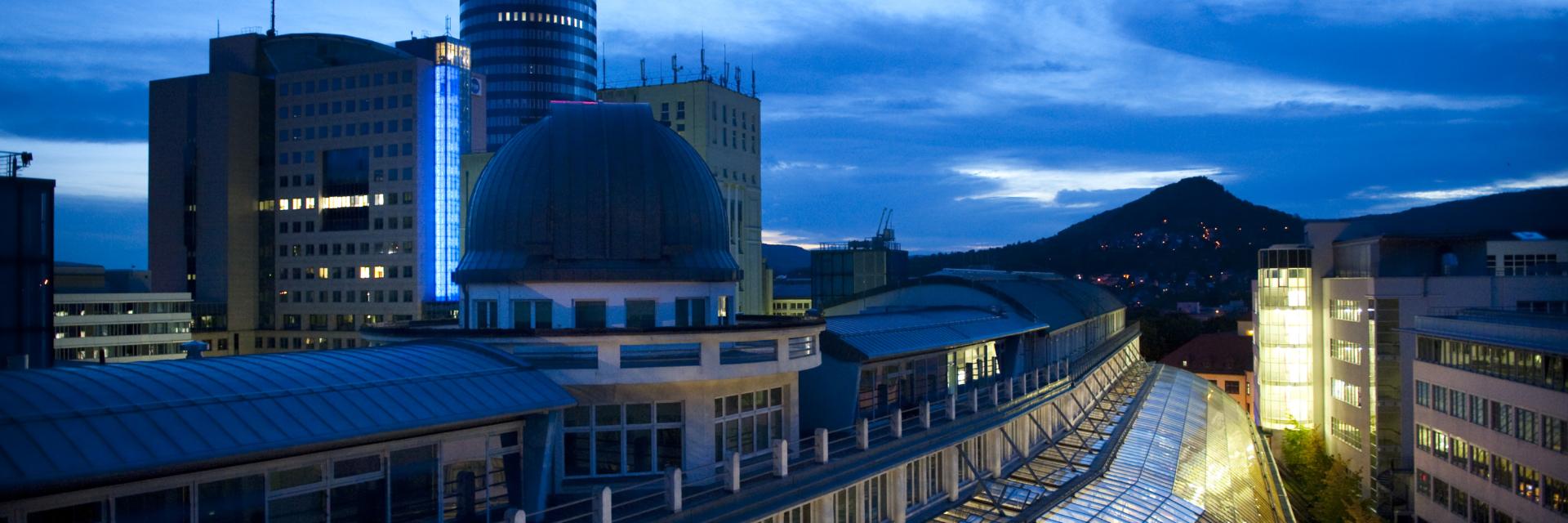 Glasdach der Goethe Galerie bei Nacht und Jentower als Tagungshotel im Hintergrund