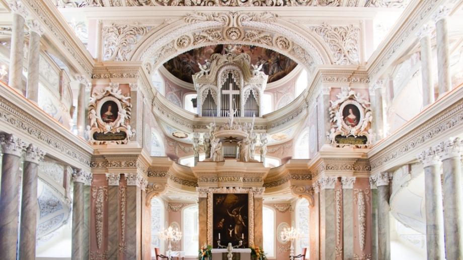 Marmorverkleideter Innenraum mit hohen Rängen und Orgel in der Schlosskirche Eisenberg