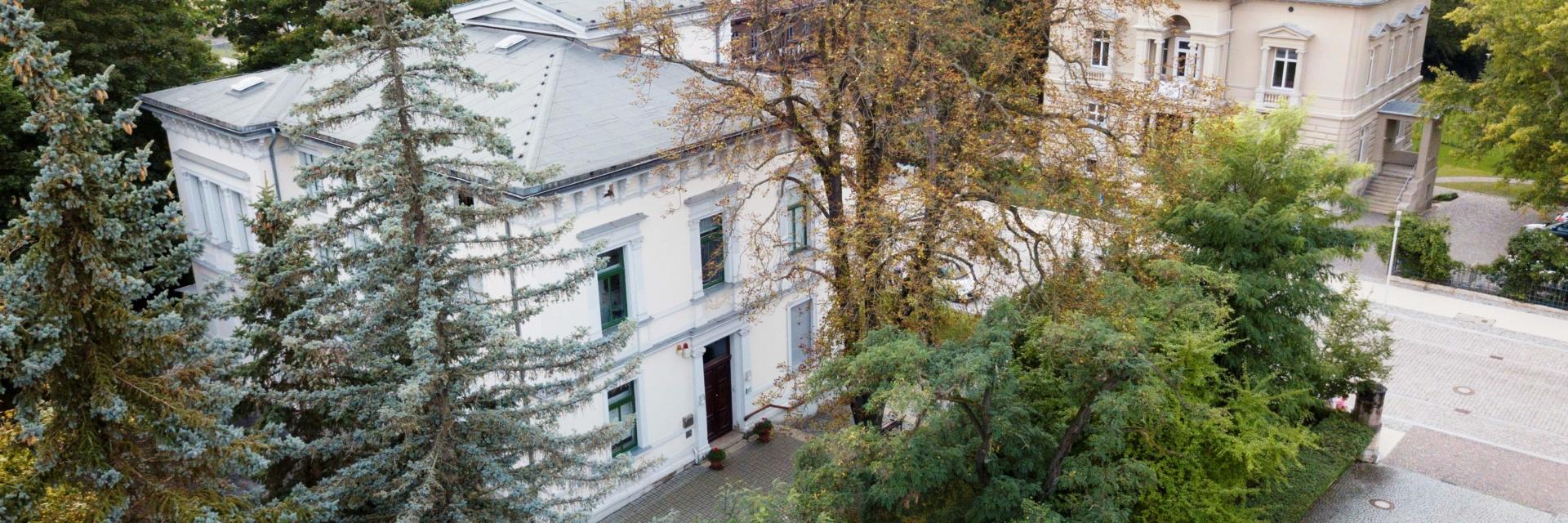 Luftansicht vom Kunsthaus Apolda von Bäumen umgeben