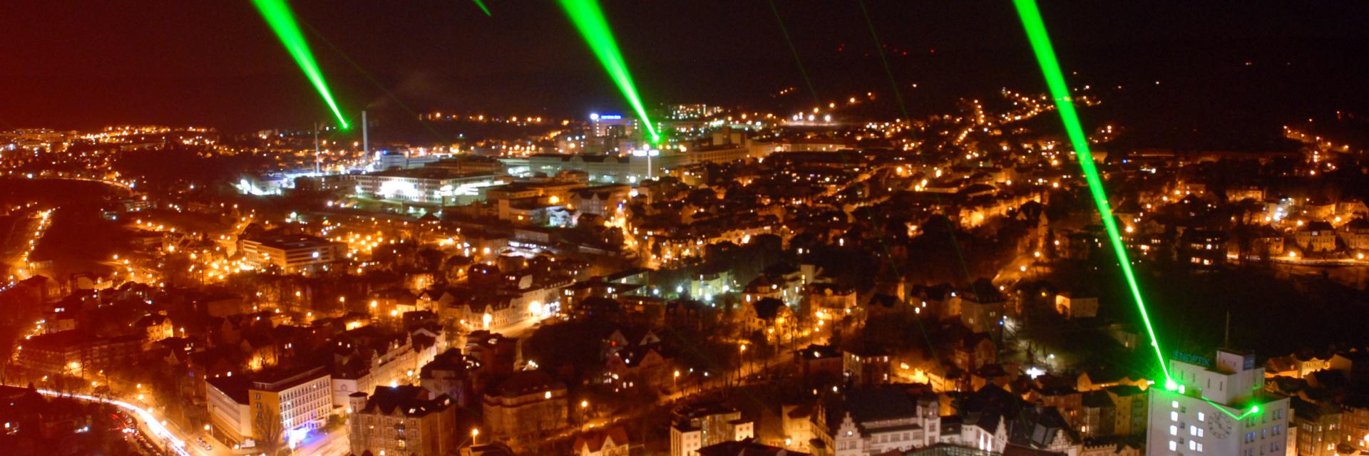 Lichtblick: Grüne Jenoptik Laser über Jena bei Nacht © JenaKultur, Foto: Tino Zippel
