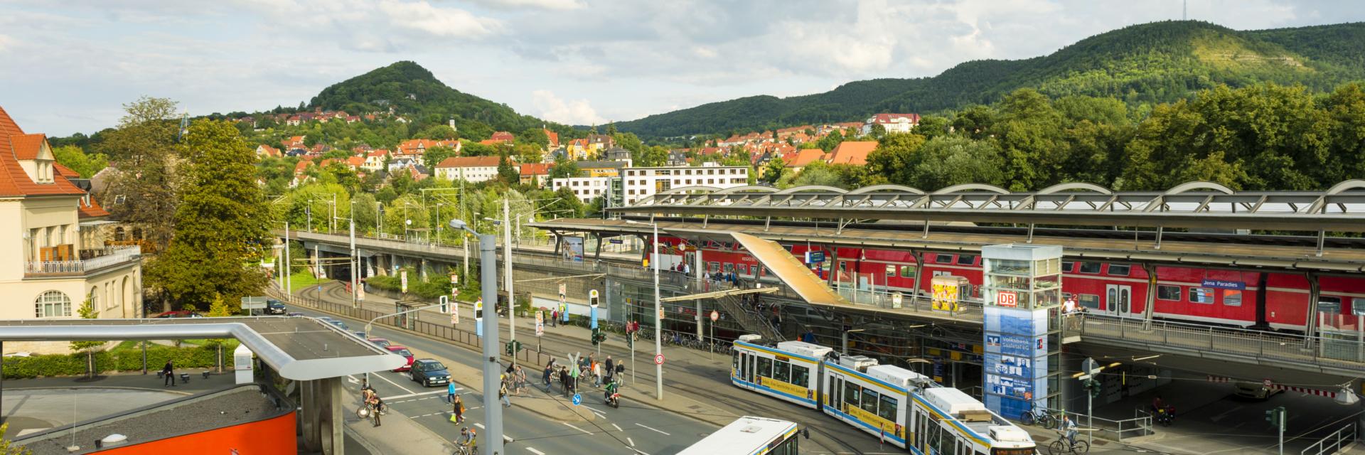 Blick auf Kreuzung vom Paradies- und Busbahnhof mit Fahrzeugen des ÖPNV